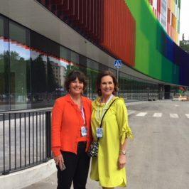 Anne Berner ja Anne Knaster Uuden lastensairaalan edessä