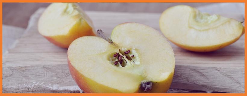 Omenanlohkoja pöydällä
