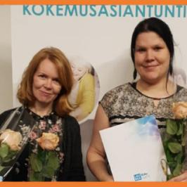 Neljä naista todistukset ja ruusut käsissään